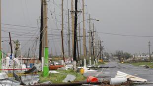 Poteaux électriques dévastés après le passage de l'ouragan Maria, à Guayama, Porto Rico, le 20 septembre 2017.