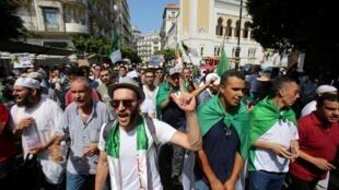 Na Argélia, os protestos reúnem há mais de três meses milhões de pessoas