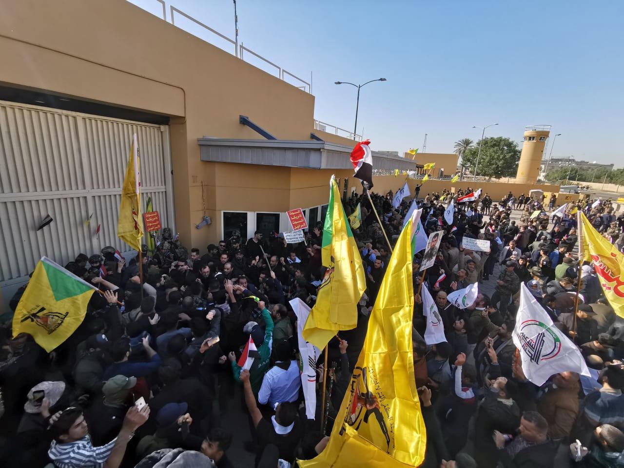 Dân chúng biểu tình trước đại sứ quán Mỹ tại Bagdad, Irak, phản đối chiến dịch oanh làm 25 người thiệt mạng. Ảnh ngày 31/12/2019.