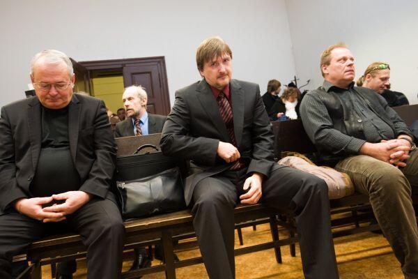 Ba nhân viên mật vụ thời cộng sản cũ bị kết án tù vì tội bắt cóc và hành hạ một nhà văn bất đồng chính kiến năm 1989. Phiên tòa ngày 15/05/2012, Praha, Cộng hòa Séc. Ảnh ihned.cz