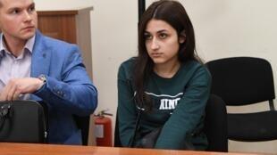 Крестина Хачатурян, одна из трех обвиняемых сестер, в зале суда рядом с адвокатом Алексеем Липцером. Москва. 26.06.2019