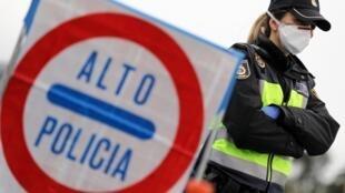 Cảnh sát Tây Ban Nha tại trạm kiểm soát La Jonquera, một trong những cửa khẩu sang Pháp, ngày 17/03/2020