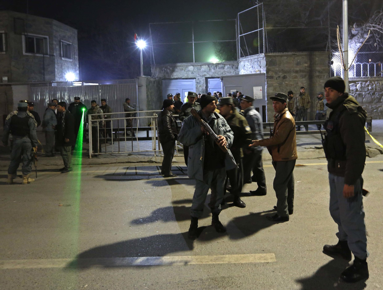 Policiais afegãos na entrada do Instituto Cultural Francês de Cabul, onde houve o atentado nesta quinta-feira (11).