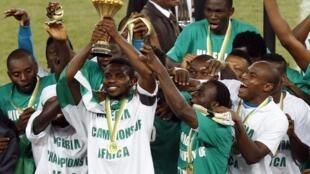 Los futbolistas nigerianos festejan su victoria.