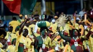 Les supporters du Bénin célèbrent la qualification historique de leur équipe en huitièmes de finale de la CAN après le match nul face au Cameroun, au stade d'Ismailia en Égypte, le 2 juillet 2019.