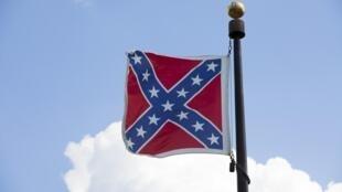 Le drapeau confédéré flotte devant le Capitole de l'Etat de Caroline du Sud, aux Etats-Unis.
