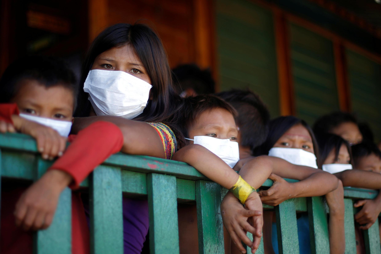 Crianças indígenas Yanomami usam máscaras para se proteger do novo coronavírus no município de Auaris, em Roraima.