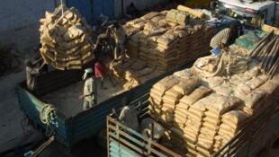 Des sacs de blé sont chargés sur des camions, sur le port de Djibouti.