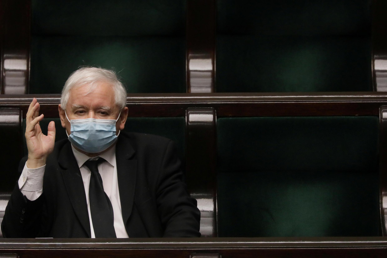 Lãnh đạo đảng Luật Pháp và Công Lý, Jaroslaw Kaczynski, khẩu trang che mặt, phát biểu trong một phiên họp Quốc Hội ngày 06/05/2020, thủ đô Vacxava, Ba Lan.