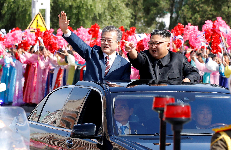 Tổng thống Hàn Quốc Moon Jae In và lãnh đạo Bắc Triều Tiên Kim Jong Un cùng đi trên một chiếc xe mui trần trên đường phố Bình Nhưỡng (Bắc Triều Tiên)ngày 18/09/2018.