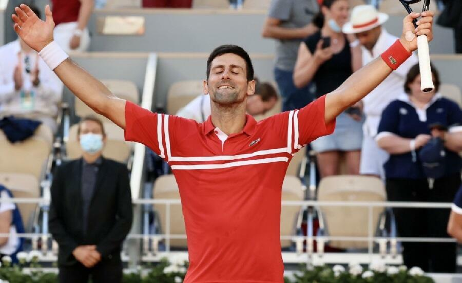 Le Serbe Novak Djokovic savourant sa victoire en finale du tournoi de Roland-Garros contre le Grec Stefanos Tsitsipas, le 13 juin 2021.