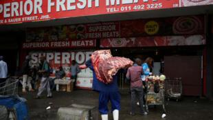 En Afrique du Sud un travailleur sur deux gagne en dessous de 1,27 euro de l'heure. Photo : devant une boucherie de Johannesburg.