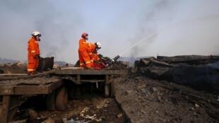 天津消防隊員頭戴防化面罩救火