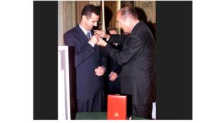 Tổng thống Pháp Jacques Chirac (P) trao huân chương Bắc Đẩu Bội Tinh cho tổng thống Syria Bachar Al Assad (T) tại điện Elysée, năm 2001. Ảnh chụp màn hình từ filiu.blog.lemonde.fr