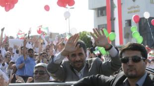 El presidente iraní, recibido bajo una lluvia de flores y globos en la capital libanesa.