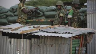 Des soldats du Burundi membres de l'AMISOM, la mission de l'Union africaine en Somalie, patrouillent dans le disctrict de Deynile, le long de la cote au nord de Mogadiscio, le 18 novembre 2011.