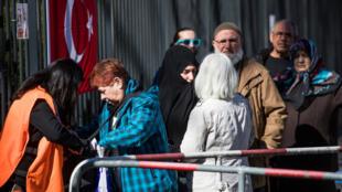 Người Thổ Nhĩ Kỳ tại Đức chờ trước lãnh sự quán tại Berlin để bỏ phiếu, ngày  27/03/2017.