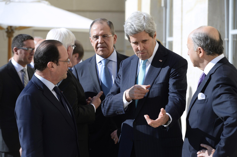 De gauche à droite : François Hollande, Sergueï Lavrov, John Kerry et Laurent Fabius, à l'Elysée à Paris, le 5 mars 2014.