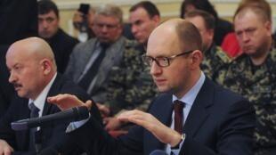 O primeiro-ministro ucraniano, Arseni Iatseniuk, discursou em Donetsk, no leste do país, nesta sexta-feira (11).