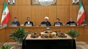 حسن روحانی، رئیس جمهوری ایران در جلسه هیأت دولت که از تلویزیون پخش شد. چهارشنبه ٢۵ دی/ ١۵ ژانویه ٢٠٢٠