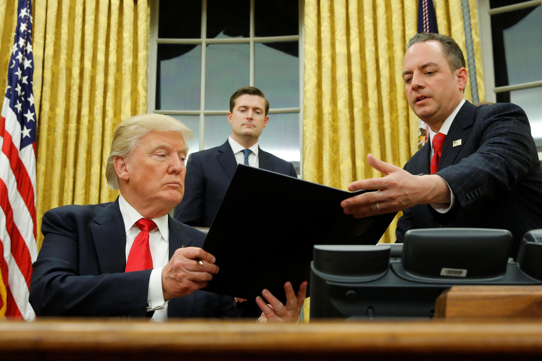 Tân tổng thống Donald Trump tại phòng Bầu Dục, Nhà Trắng, ngày 20/01/2017.
