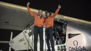 Os dois pilotos Piccard e Borschberg, que deram a volta ao mundo num avião solar, em 21 dias e terminou 25 de julho em Abu Dhabi