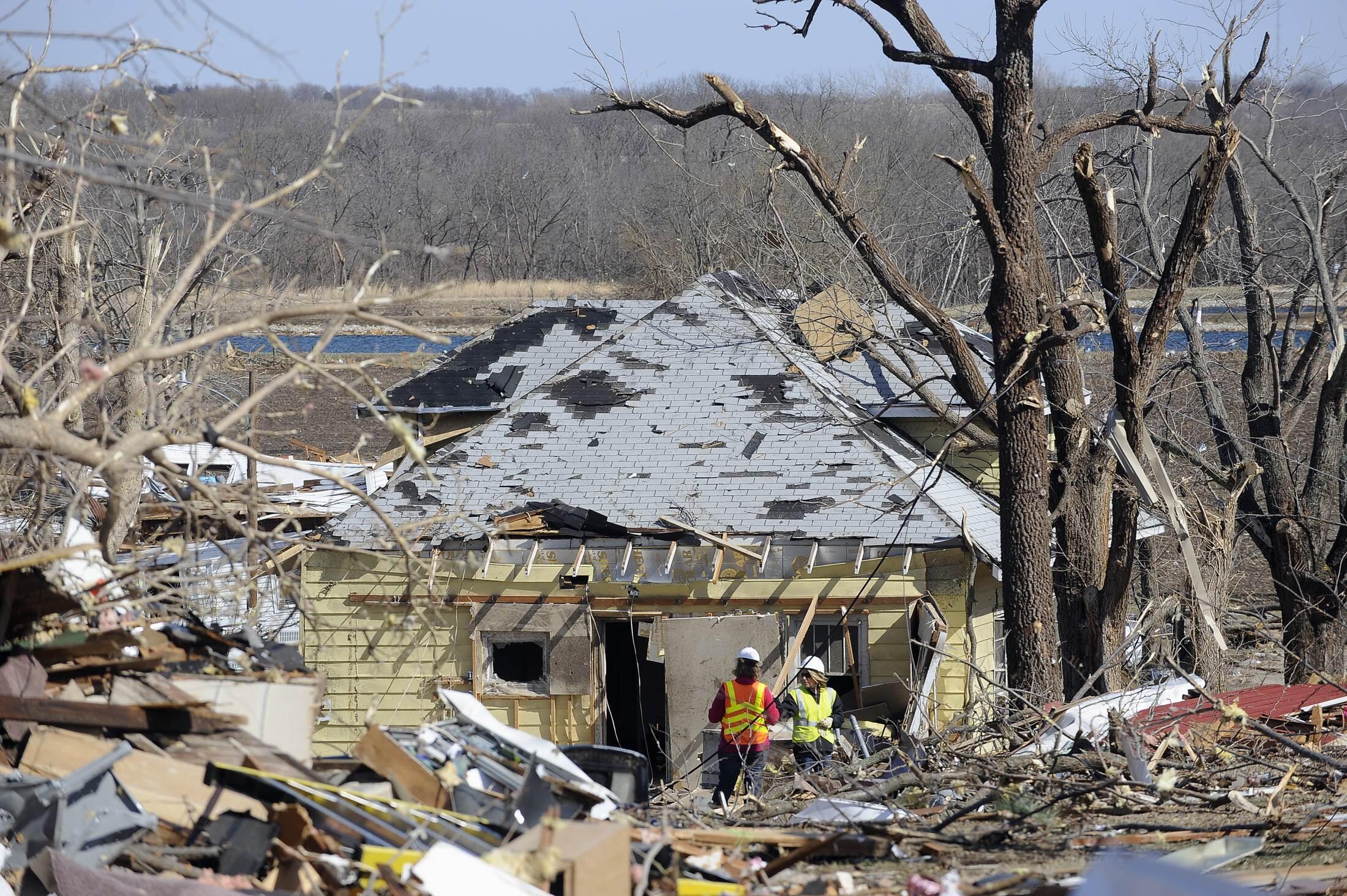 Casas destruídas pela força do tornado em Harveyville, Kansas, nesta quinta-feira.