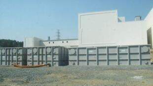 Des tanks de stockage pour l 'eau hautement contaminée sont installés près du réacteur n°4 de la centrale de Fukushima en avril 2011.