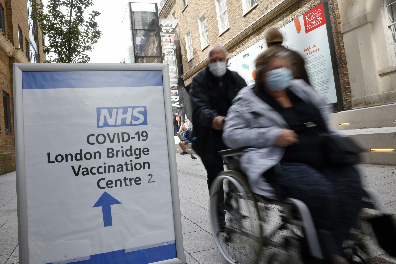 Un cartel que indica el lugar de vacunación contra el covid-19 en Londres, Reino Unido, el 9 de agosto de 2021