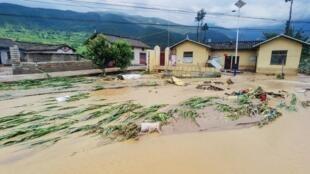 中國四川冕寧縣大雨後被淹的街道和房屋,2020年6月27日