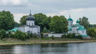 Вид на Мирожский монастырь с правого берега Великой в Пскове