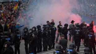 La police a encerclé un groupe de néonazis prêts à en découdre avec les sympathisants de l'extrême gauche qui tentaient de s'approcher du rassemblement d'extrême droite, le 27 août.