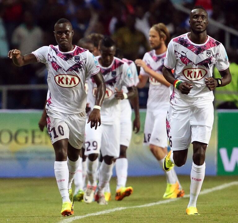 Les Sénégalais Henri Saivet (à gauche) et Lamine Sané (à droite) fêtent le but de Bordeaux face au Paris Saint-Germain.
