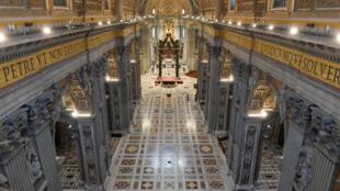 En raison de la pandémie de coronavirus, le pape François a officié, jeudi 9 avril, dans une basilique Saint-Pierre déserte, en prélude aux célébrations de ce week-end pascal.