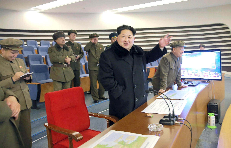 Lãnh đạo Bắc Triều Tiên Kim Jong Un (G) theo dõi vụ bắn thử tên lửa tầm xa. (Ảnh do Kyodo công bố ngày 07/02/2016)
