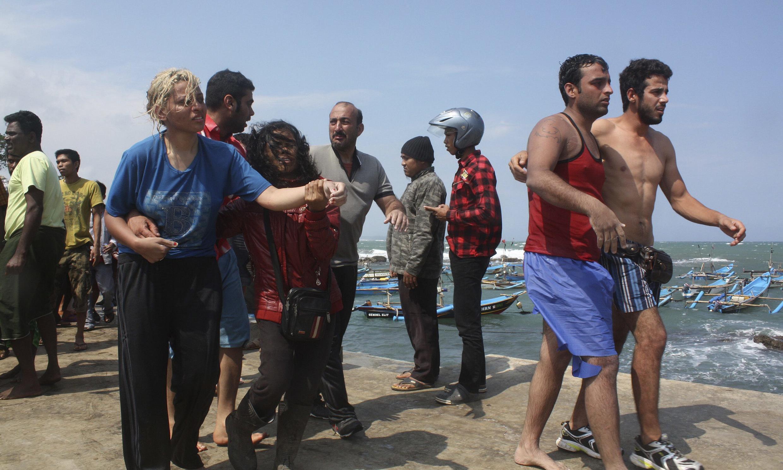 Des migrants après le naufrage de leur embarcation entre l'Indonésie et l'Australie, le 24 juillet 2013.