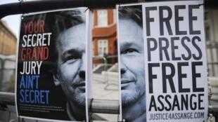 Cartaz diante da embaixada do Equador em Londres pede libertação de Julian Assange.