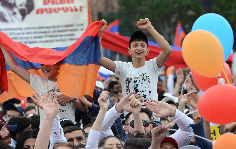 Сторонники Никола Пашиняна празднуют его избрание премьер-министром