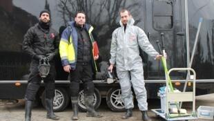 Florian, Baptiste et Aurélien, spécialistes du nettoyage sur sites traumatiques avec leur société Sang Froid.