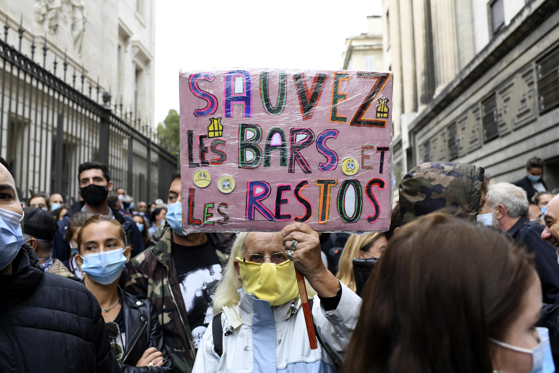 В Марселе решение о закрытии баров и ресторанов было встречено волной негодования и манифестациями.