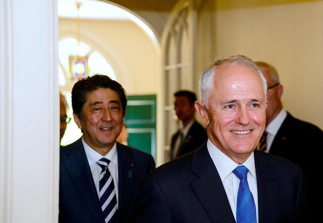 Firaministan kasar Japan  Shinzo Abe and tare da Firaministan Australia  Minister Malcolm Turnbulla a lokaci wata tattaunawa da suka yi a birnin Sydney