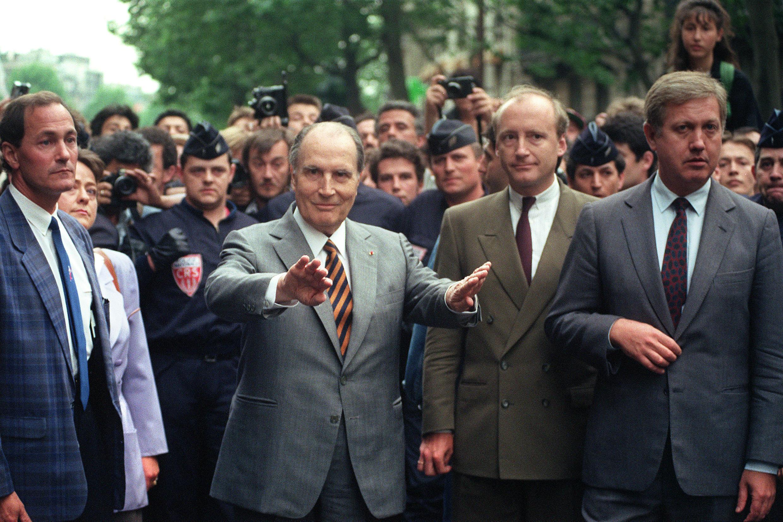Le président Mitterrand aux côtés de son ministre des Affaires étrangères Hubert Védrine, en mai 1990 lors de l'une des manifestations organisées pour protester contre la profanation du cimetière juif de Carpentras.