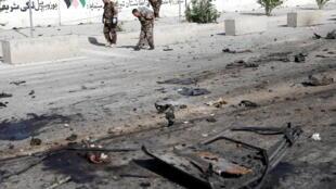 Les forces de sécurité inspectant les lieux de l'explosion d'un minibus, le 3 juin à Kaboul.