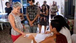 Des Calédoniens votent à Nouméa lors du premier référendum sur l'indépendance de la Nouvelle-Calédonie, le 4 novembre 2018.