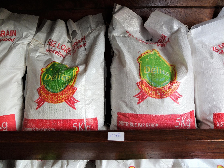 Délice, principale marque de riz local béninois, dans le magasin de Label Bénin, à Cotonou.