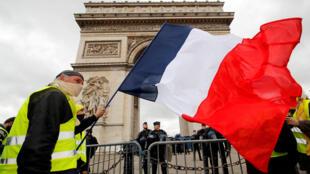 """Manifestante do movimento """"Coletes amarelos"""" na Champs Elysées, neste sábado"""