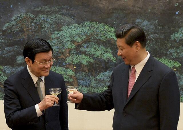 Chủ tịch Việt Nam Trương Tấn Sang (T) và đồng nhiệm Trung Quốc Tập Cận Bình - REUTERS