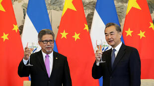 Ngoại trưởng Vương Nghị và đồng nhiệm El Salvador Carlos Castaneda tại lễ ký kết thiết lập bang giao giữa hai nước. Bắc Kinh ngày 21/08/2018.
