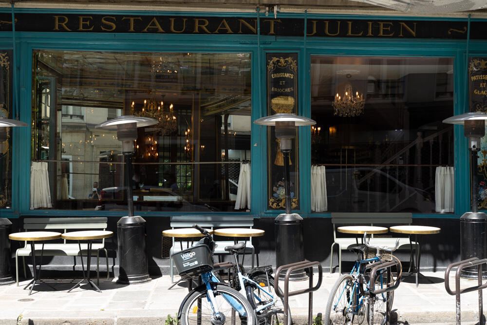 Fachada lateral do restaurante chez Julien, em Paris. Várias mesas extras estão sendo colocadas nas calçadas do local para poder receber os clientes (02/06/20).