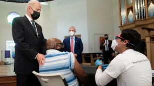El presidente estadounidense Joe Biden (I) visita un centro de vacunación contra el covid-19 en el Seminario Teológico de Virginia en Alexandria, Virginia, el 6 de abril de 2021